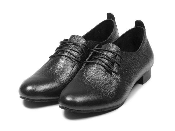 چرم رنگ مشکی کفش زنانه تخت مدل روکا بنددار